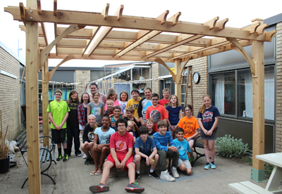 Picture of Mrs. Kull's 6th grade students under pagoda